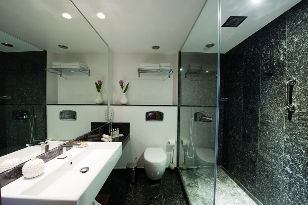 AQUILA-ATLANTIS-HOTEL-RAIN-SHOWER-BATHROOM